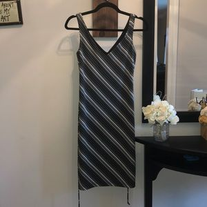 City Triangles Dresses - Black and ivory tie belted V dress